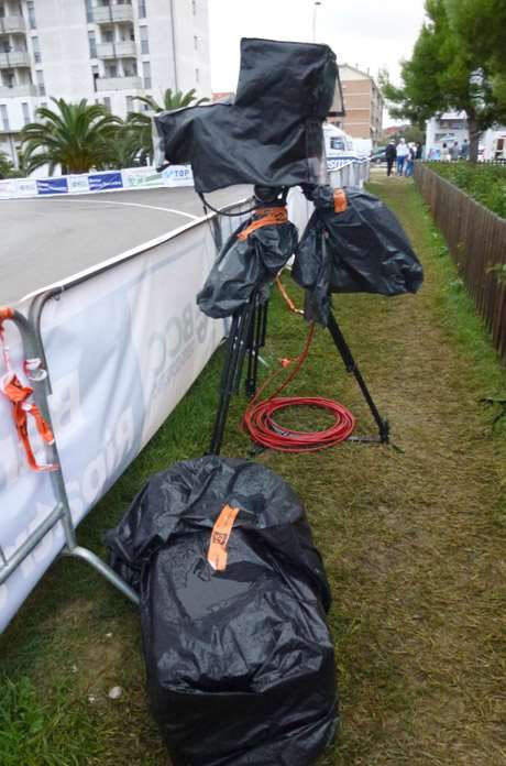 The official camera (for RAI TV sport notably), all covered up with trash bags to be protected from the rain.