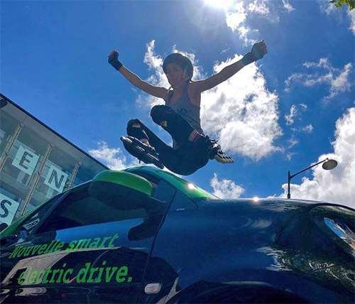 Maeliss Conan saute au dessus d'une voiture à Rennes sur Roulettes