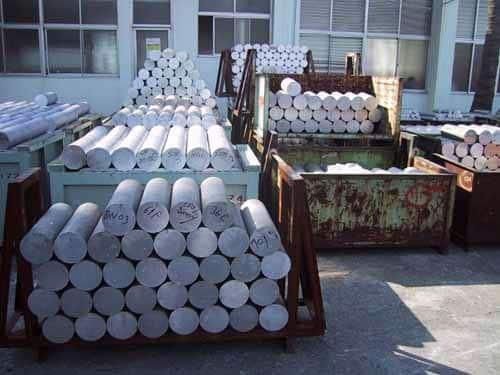 Des barres d'aluminium qui seront utilisées pour fabriquer des platines