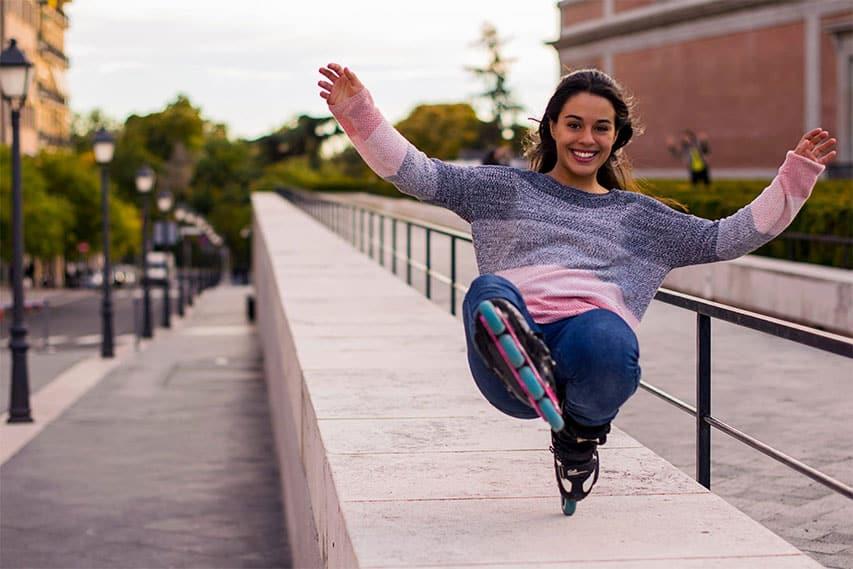 Miriam Fatmi Garcia en cafetière wheeling sur un muret