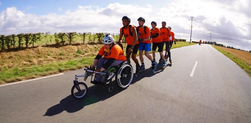 Exemple d'un groupe Mobile en Ville combinant patineurs et fauteuil roulant