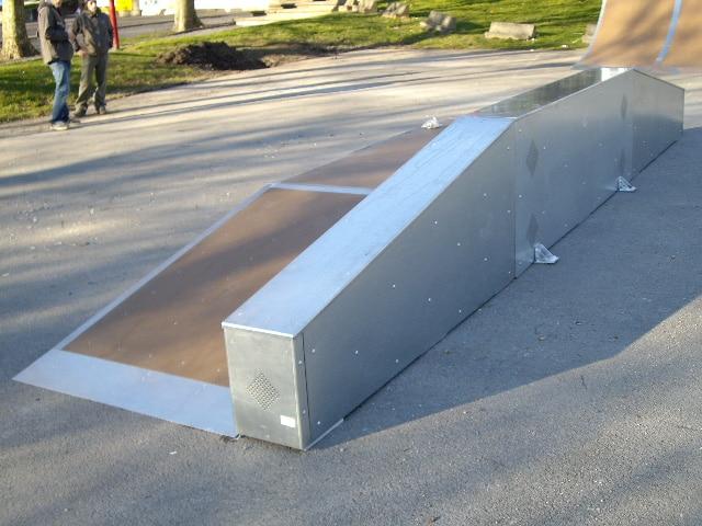 Une table de saut surmontée d'un ledge
